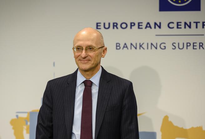 Bce, stop ai dividendi delle banche fino a gennaio 2021. Enria: le fusioni servono